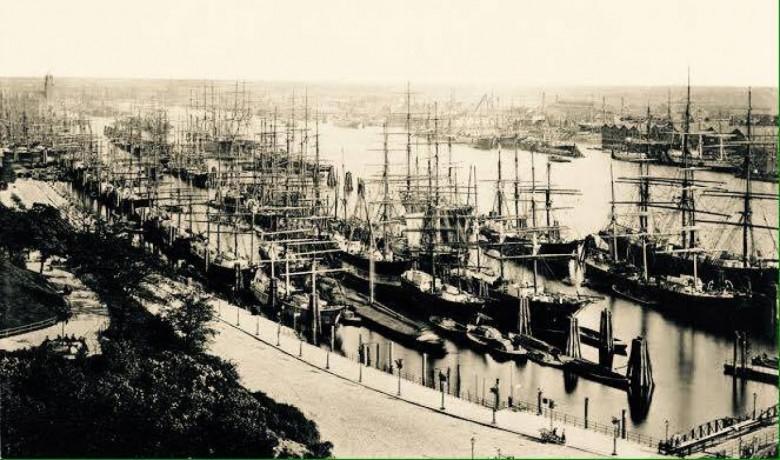 Miriade de mastros dos veleiros estaleirados no Porto de Hamburgo, década de 1870, na epopeia da imigração às Américas. Imagem e legenda de  Ernesto Rosar.