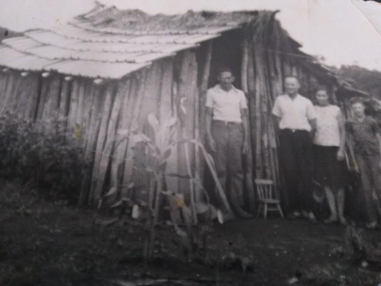 Paraguaio Jorge Rolon à portar de seu casebre que construiu para servir de abrigo enquanto fazia  derrubada de mata (à machado) na propriedade de Otto Sander, que está na foto com a esposa Olinda (nascida Schmidt) e o filho Rudi. Acervo pessoal - 4