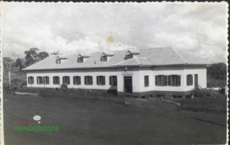 Hospital Filadélfia pronto visto da entrada principal, em 1954.