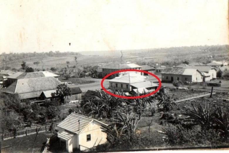 Em destaque o local onde aconteceu o primeiro assalto a banco em Marechal Rondon.  Do outro lado da Rua 12 de Outubro, em primeiro lugar o barracão de alojamento da Maripá e atrás, o prédio da filial do Empório Toledo.  A fotografia é de 1958.  Imagem: Acervo Família Seyboth