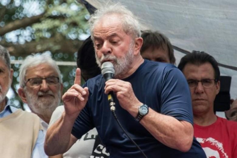 Lula discursando em ato público contra a sua prisão, na cidade de São Bernardo do Campo, na sede do Sindicato dos Metalúrgicos do ABC.  Imagem:  Acervo HojeEmDia - Crédito: Nelson Almeida /AFP