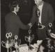 Dealmo Selmiro Poerrsch cumprimentando e premiando outro atleta vencedor.