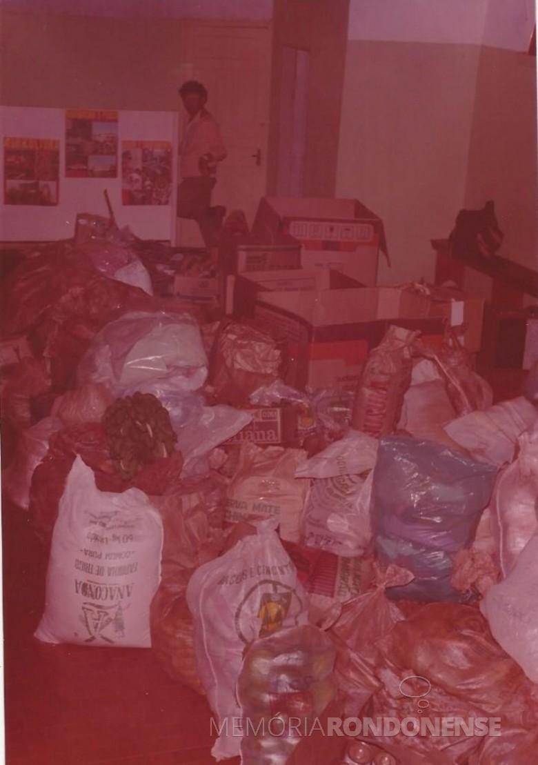 Outra vista dos  donativos  arrecadados pela Rádio Difusora em favor das famílias atingidas pela enchente do Rio Paraná.  Imagem: Acervo Memória Rondonense - FOTO 3 -