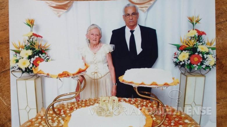 Casal Maria Magdalena (nascida do Amaral)  e Abrelino Smaniotto com o bolo comemorativo de suas Bodas de Ouro.  Imagem: Acervo Cirley Smaniotto Fuchs - FOTO 4 -