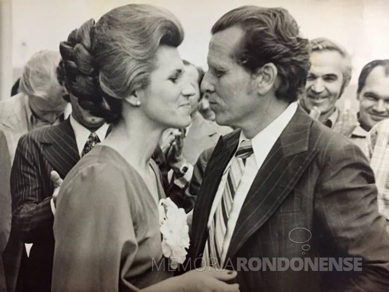 Pedro Cereser e esposa.  Á sua direita, o prefeito municipal Almiro Bauermann e o empresário Amário Saatkamp. Imagem: Acervo Memória Rondonense - FOTO 4 -