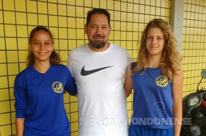 Atletas Bianca Flores Storti e Leide Munevek com o técnico Marcelo Góis.  Imagem: Imprensa PM-MCR - FOTO 4 -