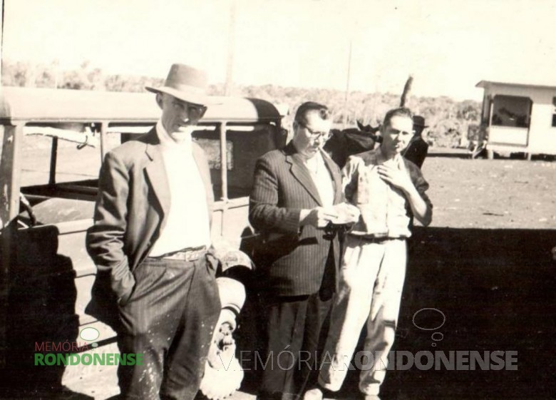 Willy Carlos Trentini (de óculos), em fotografia no começo de 1950.  Imagem: Acervo Hilga Schroeder/Mirta Steinmacher - FOTO 1 -