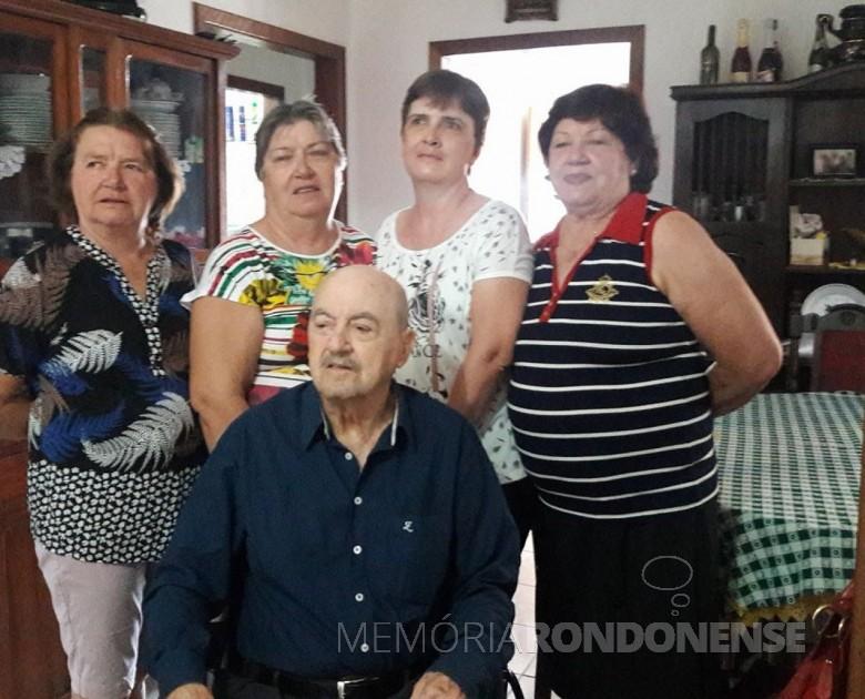 Pioneiro rondonense Hilário da Cunha com suas filhas Valeria Veleda, Lourdes Margarida, Mirna Iara e Paula.  Imagem: Acervo pessoal - FOTO 13 -