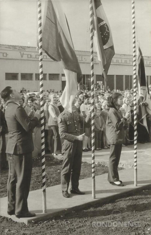 Solenidade de hasteamento das bandeiras antes da solenidade inauguração da então Escola Normal Concórdia, junto ao Colégio Rui Barbosa, em julho de 1972.  Imagem: Acervo Valdir Sackser - FOTO  6