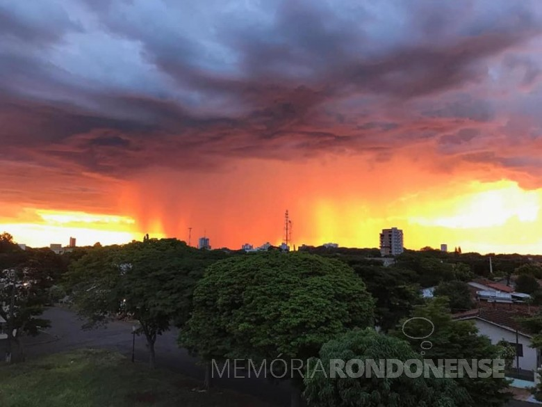 Flagrante da difração da luz de raios solares no final de tarde em Marechal Cândido Rondon.  Imagem: Rafael Sturm et allii.