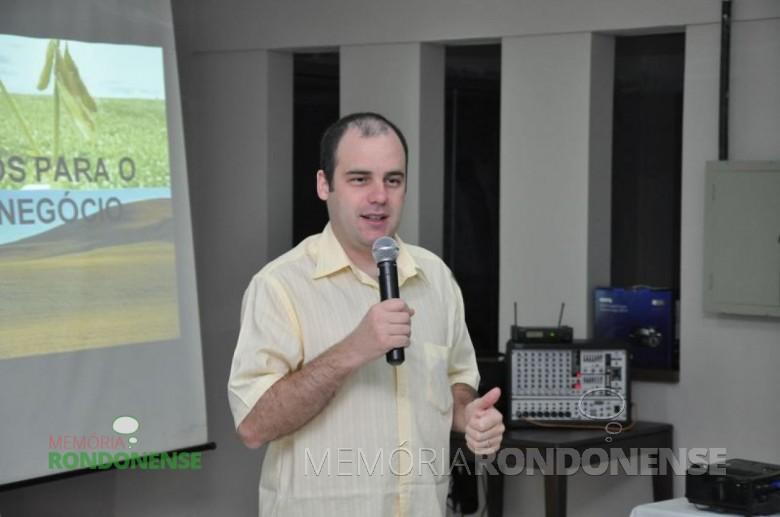 O economista e analista de mercado Aldo Francisco Lobo palestrando na abertura do Dia de Campo Copagril 2013. Imagem: Acervo Imprensa Copagril - FOTO 2