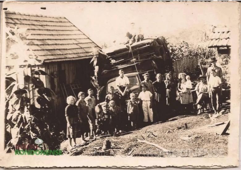 Casal Kleemann e filhos recém chegados de mudança à então General Rondon e recepcionados pela futura vizinhança. O casal Kleemann, da esquerda à direita, ela a segunda pessoa, e ele a 4ª pessoa, contando o adolescente, 3ª pessoa.  Imagem: Acervo Helga Kleemann Port