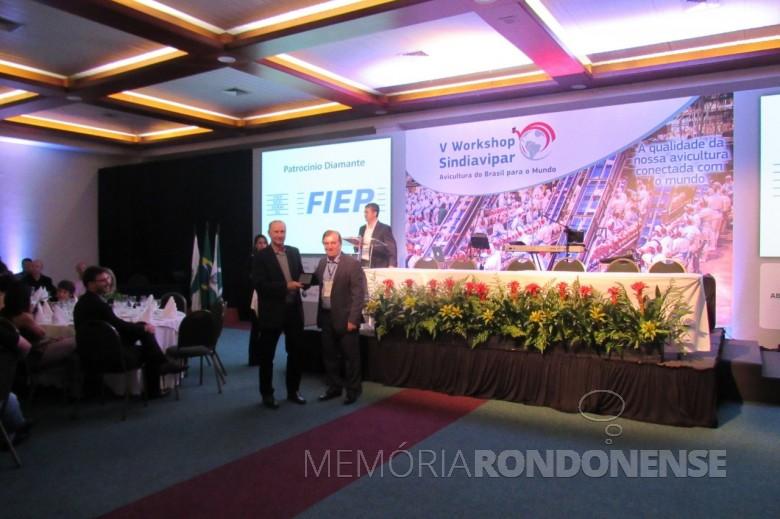 Ricardo Silvio Chapla (e) recebebdo a homenagem da Sindiavipar durante o Jantar do Galo 2017.  Imagem: Acervo Comunicação Copagril - FOTO 13 -