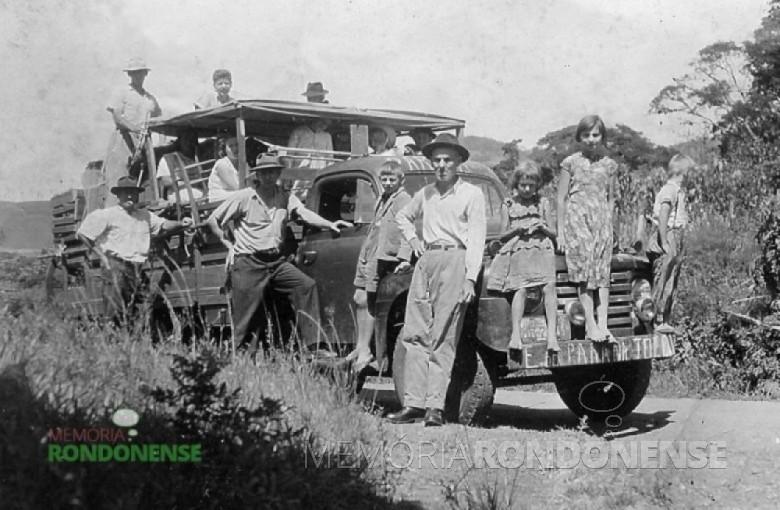Conorato Lohmann recostado junto a lataria do caminhão que traz a sua mudança a então General Rondon. O pioneiro faleceu em 07 de junho de 1978 e foi sepultado no cemitério público de Marechal Cândido Rondon. Imagem: Acervo Orlando e Rafael Sturm - FOTO 4 -