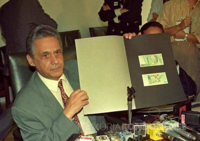 O então ministro da Fazenda Fernando Henrique Cardoso, do governo de Itamar Franco, mostrando álbum com os desenhos da nova moeda - o real.    Imagem: Acervo Ministério da Fazenda - FOTO 4 -