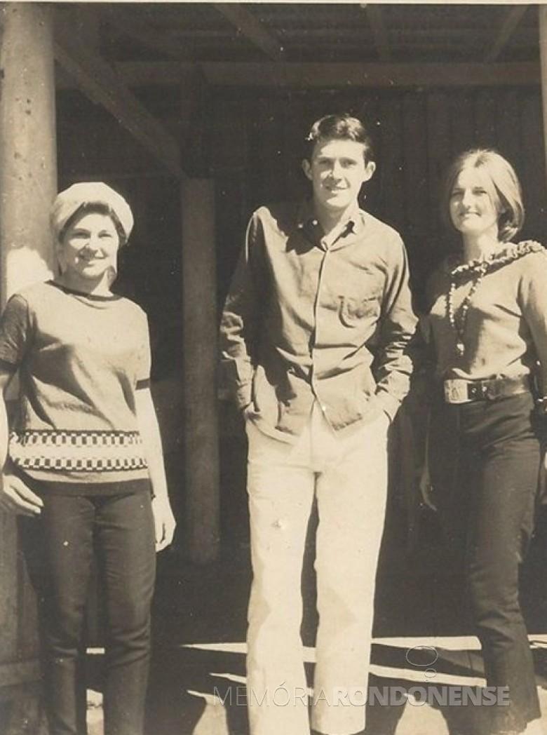 Valdir Schneider na companhia de Rose Nacke (e) e Clarice Nadir von Borstel.  Imagem: Acervo Memória Rondonense - FOTO 3 -