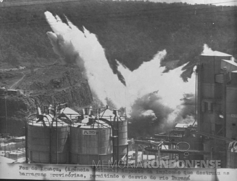 Instante da detonação dos explosivos que abriu espaço para a passagem das águas do Rio Paraná. Imagem: Acervo Wagner Dias - Foz do Iguaçu - FOTO 15 -