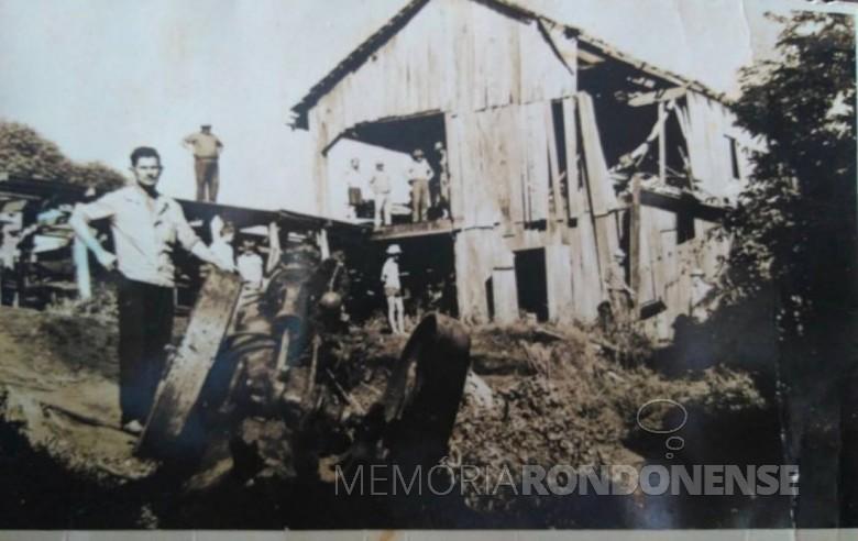 Pioneiro Willibaldo Hoppe, à esquerda, junto a máquina à vapor  logo após a sua explosão.  Imagem: Acervo Lore Hoppe - FOTO 3 -