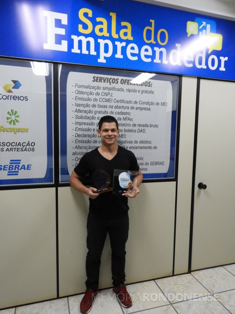Tiago F.  Domingues,  agente de Desenvolvimento e atendente da Sala do Empreendedor  com a premiação Selo de Referência em Atendimento.  Imagem: Acervo Imprensa PM-Quatro Pontes - FOTO 14 -