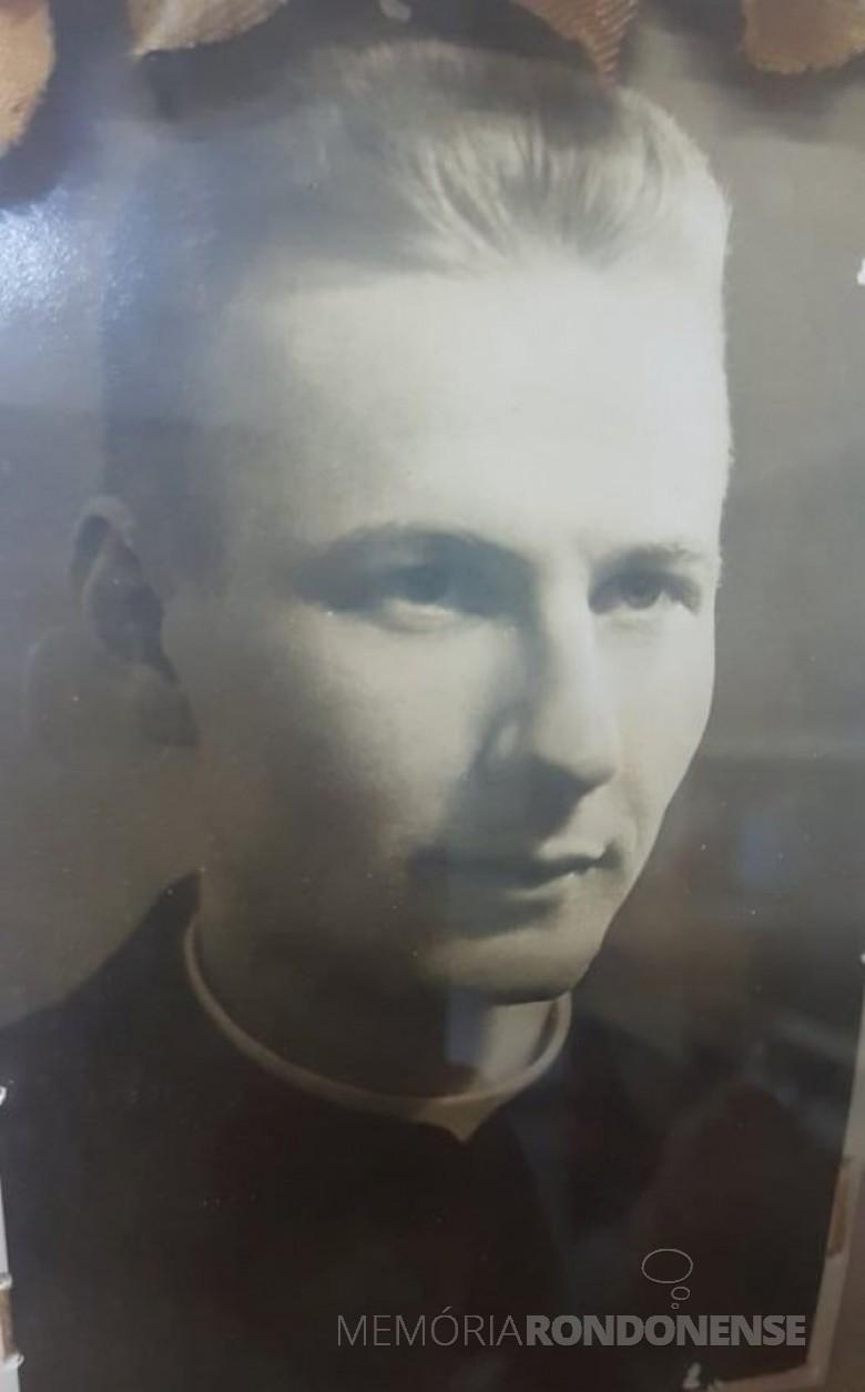 Néo sacerdote Emilio Albino Baches em foto do dia de sua ordenação.  Imagem: Acervo Clarice Stein - Entre Rios do Oeste - FOTO 1 -