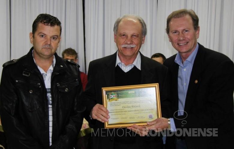 Empresário Osvino Ricardi (no centro), recebendo o certificado do