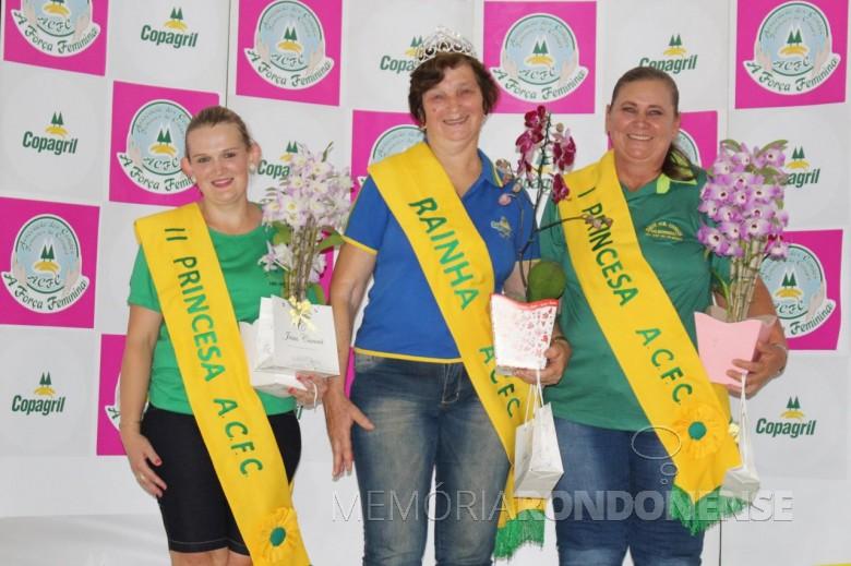 Rainha e princesas 2017 da ACFC.  Segunda princesa: Leila Vorpagel; rainha: Lori Gerhard; e Lori Eckerdt.  Imagem: Imprensa Copagril Crédito: Carina Ribeiro - FOTO 4 -