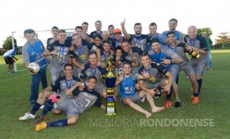 Equipe da AABB - campeã da divisão Prata do Campeonato Municipal de Futebol Amador 2018, de Marechal Cândido Rondon.  Imagem: Acervo Olho na Bola - Crédito: Gustavo da Cunha - FOTO 7 -