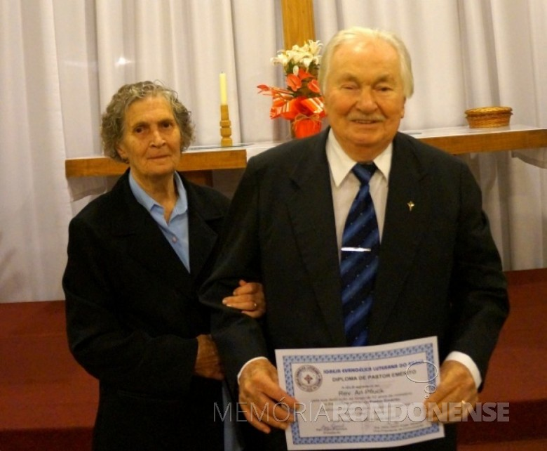 Ari Pfluck com a esposa com o título de Pastor Emérito da Igreja Evangélica Luterana do Brasil - IELB.  Imagem: Acervo A Semana - FOTO 4 -