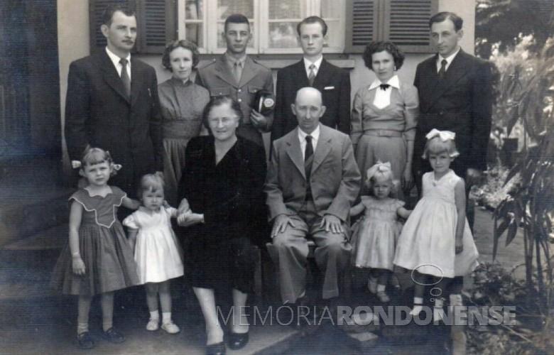 A senhora Amália Luiza Matte Lamb (vestido escuro) com o esposo, filhos, noras e netas. Imagem: Acervo Família de Arlindo e Norma Lamb . - FOTO 1 -