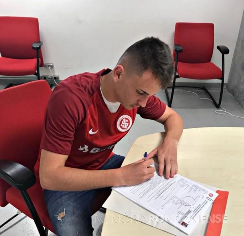 Atleta Vinicius Hardt assinando o contrato com Sport Club Internacional.  Imagem:  Acervo O Presente - FOTO 7 -