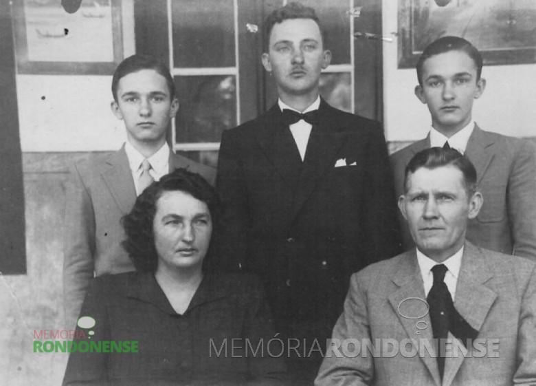 Senhor Rudolfo Rieger  com a esposa e os filhos Orlando, Norberto e Herbert, em fotografia do final da década de 1940. Imagem: Acervo Friedrich e Sandra Rieger - FOTO 2 -