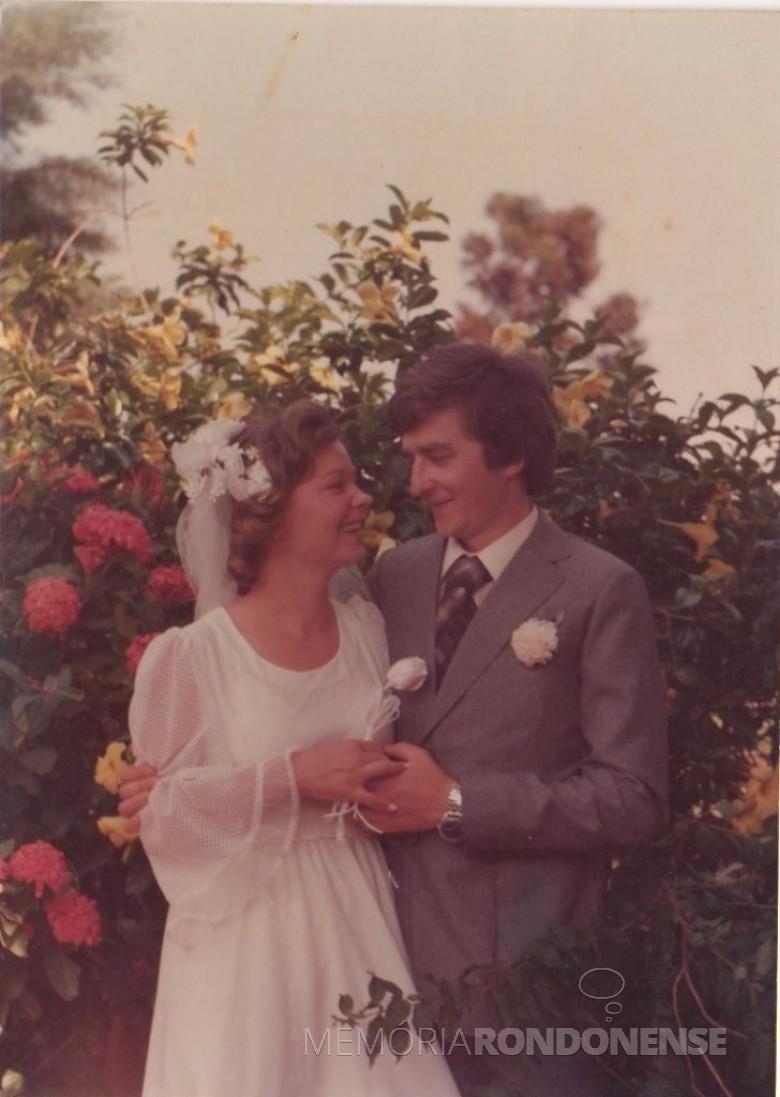 Noivos Clarice Beatriz Schacht e Elemar Fietz,  que se casaram em 20 de outubro de 1979.  Imagem: Acervo do casal - FOTO 16 -