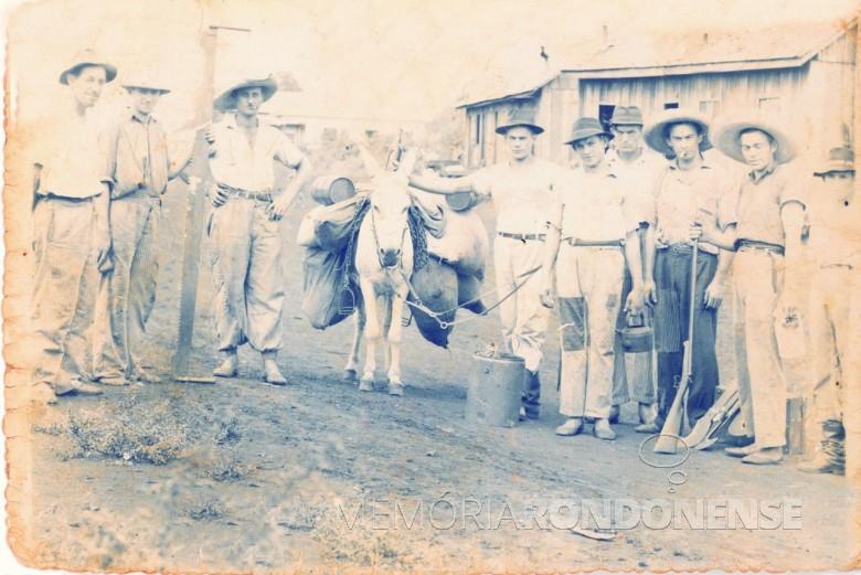 Pioneiro Relindo Weber, o 4º da esquerda à direita, como outros jovens pioneiros rondonenses.  Imagem: Acervo Roseli Weber - FOTO 1 -