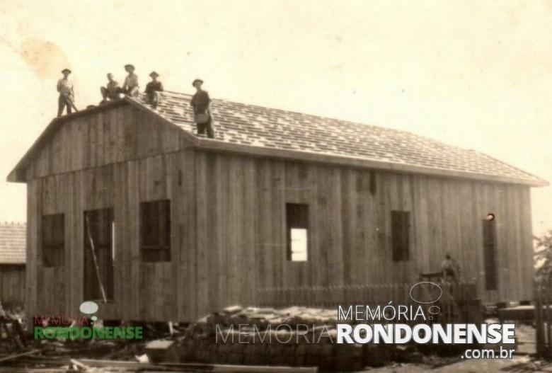 Prédio da então filial do Empório Toledo em construção em Marechal Cândido Rondon, em meados de 1950 - obra conduzida pelo mestre-carpinteiro Ervino Finger.  O empório localizava-se a Avenida Rio Grande do Sul, em frente ao atual Hotel Avenida.  O primeiro do Empório foi o senhor Nei Zielmir.  Imagem: Acervo Cleci Kleemann/Clarice Dahmer - FOTO 2 -