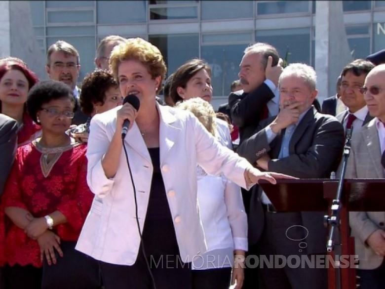 Presidente Dilma Rousseff discursa a simpatizantes ao pé rampa do Palácio do Planalto, depois de deixar o prédio após a declaração à imprensa. Imagem: Acervo Globo News - FOTO 9 –