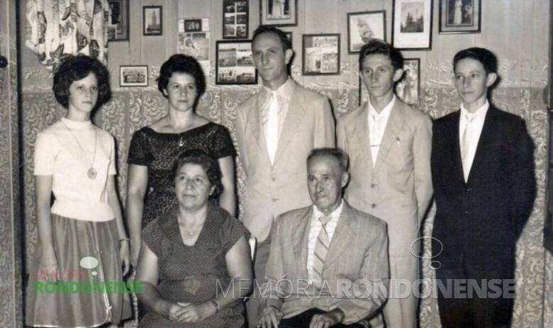 Família de Ervino Jochims (em memória) e Adiles (Mohr).  Da esquerda para a direita: filha Vane, mãe Adiles, pai Ervino, filho Ivo (em memória), filho Nauro. Sentados os pais de Adiles: Laureana e Emílio Mohr (ambos falecidos).  Imagem: Acervo Vane Jochims Hensel