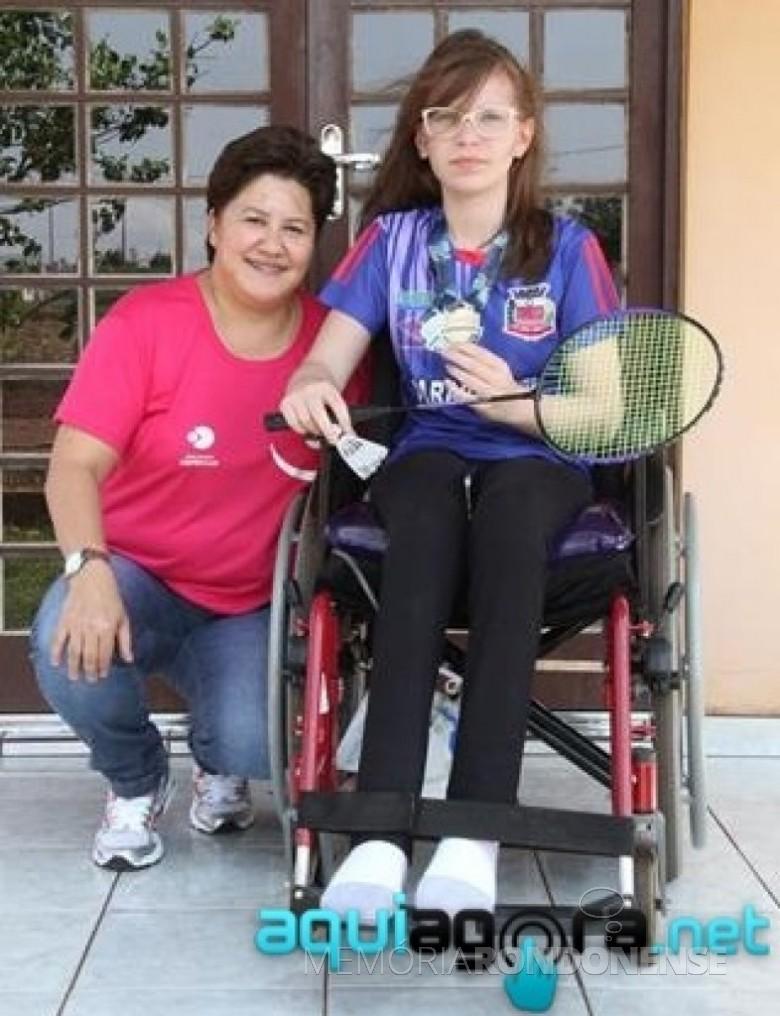 Atleta Nicoli Helfenstelter, de Nova Santa Rosa, na cadeira de rodas, medalha de ouro na 3ª etapa do Campeonato Brasileiro de Parabamiton, em Vitória, em setembro de 2014.  Imagem: Acervo AquiAgora.net - FOTO 5 -