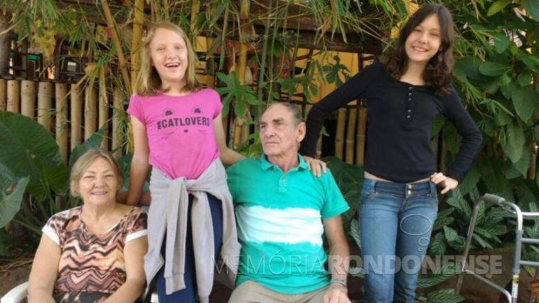 Pioneiro Martinho Sander, com a esposa Reinilda e netas, ela falecido em final de maio de 2019.  Imagem: Acervo Raquel Sander - FOTO 5 -