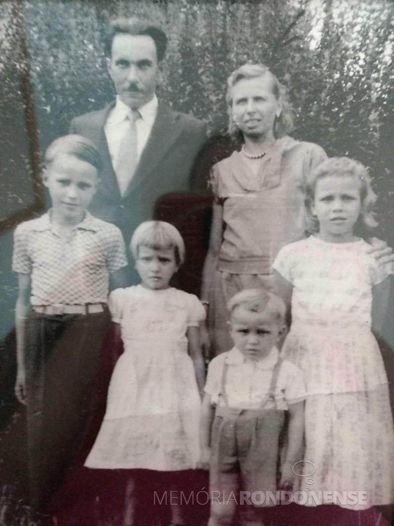 Casal Cháritas e Otto Grings com seus quatro filhos Eurico, Dania Maria, Gerda e Gilberto , os dois últimos nascidos em Quatro Pontes.  Imagem: Acervo da família - FOTO 1 -