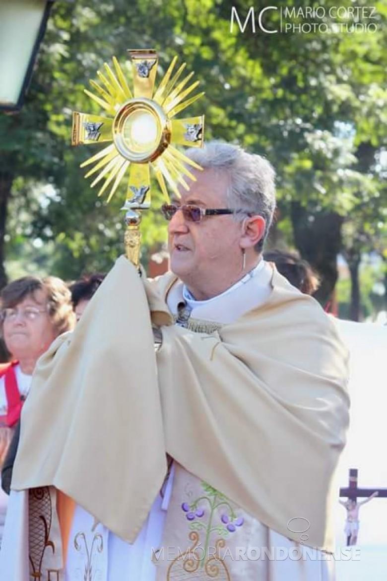 Padre Solano TambosI, vigário da Matriz Católica Sagrado Coração de Jesus carregando o ostensório na comemoração de Corpus Christi 2017.  Imagem: Acervo Ivanete Barbosa - Facebook - FOTO 3 -