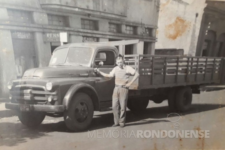 Marcolino Neubüser com seu caminhão com o qual trouxe a mudança de Georg Vorpagel, Carlos Vorpagel e Arnoldo Reinke.  Imagem: Acervo Clarice Vorpagel - FOTO 2 -