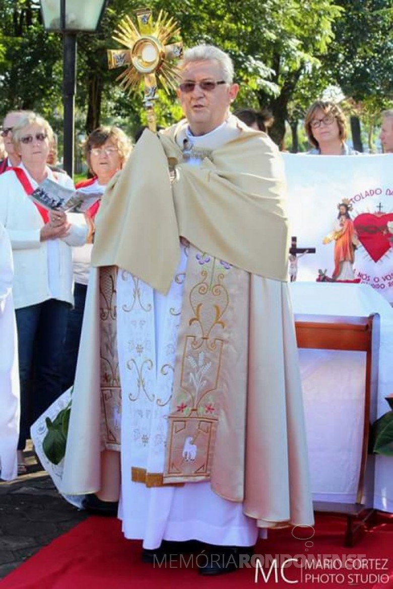 Outro momento da procissão de Corpus Christi, com o padre Solano Tambosi carregando o ostensório.  Imagem: Acervo Ivanete Barbosa - Facebook - FOTO 4 -