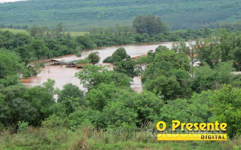 Enchente do Rio São Francisco Verdadeiro na propriedade de Eldor Egon Lamb, na Linha Eldorado, no distrito rondonense de São Roque.  Imagem: Acervo O Presente Digital. Crédito: Joni Lang - FOTO 11 -