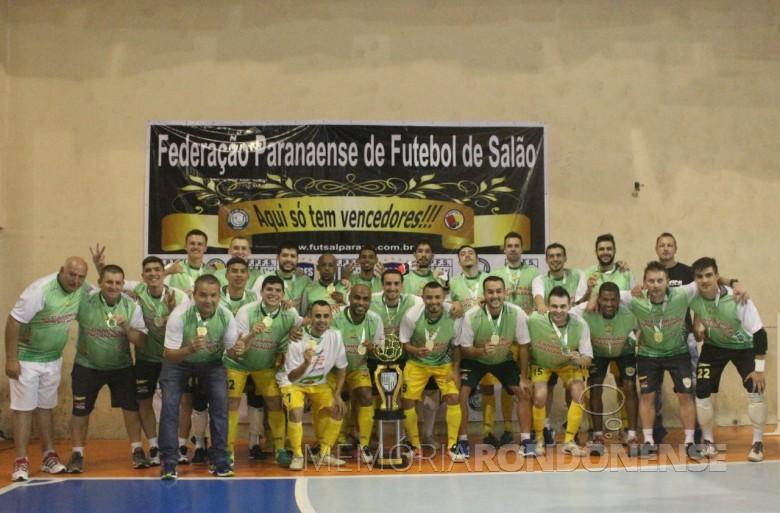 Comissão técnica e atletas da Copagril Futsal após a conquista do tricampeonato paranaense Chave Ouro 2016. Imagem: Acervo Imprensa-Copagril