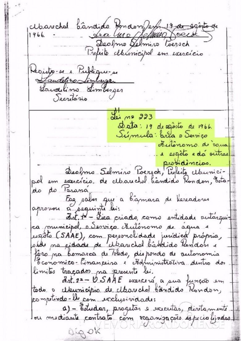 Cópia da Lei Municipal nº 223/66 (1ª página)  de 19 de agosto de 1966, que criou o Serviço Autônomo de Água e Esgoto de Marechal Cândido Rondon - o SAAE.  O detalhe curioso é que naquela época as leis eram manuscritas em livros de atas.  Imagem: Acervo Arquivo da Prefeitura Municipal de Marechal Cândido Rondon