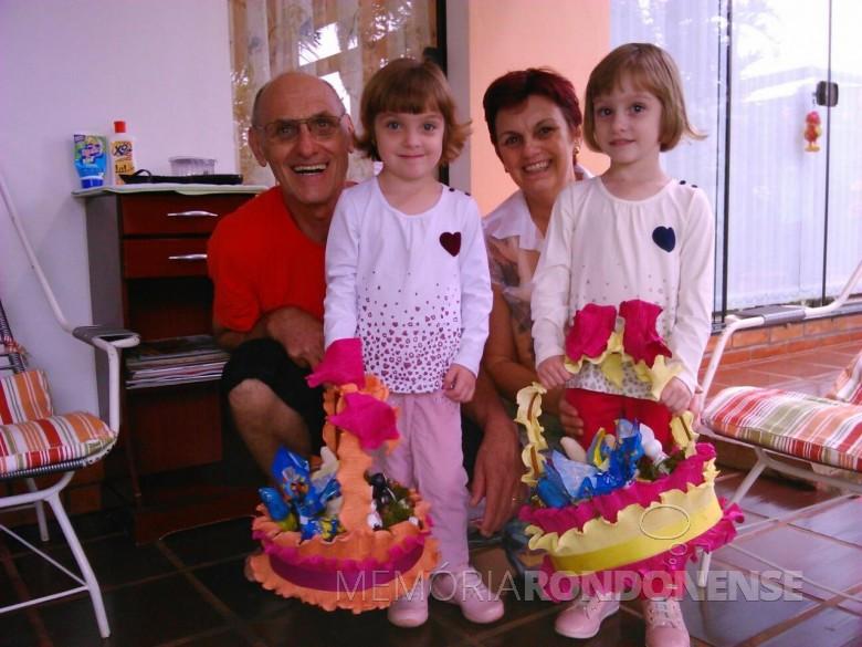 Historiador Harto Viteck e esposa Elenita com as netas Sofia (e) e Letícia, com as tradicionais cestas de ovos de Páscoa e chocolates, em abril de 2015.  Imagem: Acervo Elenita Foppa Viteck - FOTO 4 -