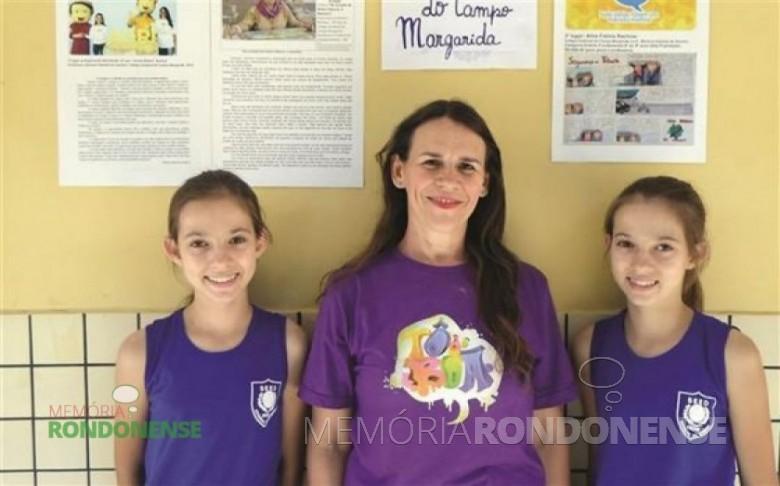 Karine Rachow, a professora Marlene Habowski Amorin, e Aline Rachow, da Escola de Estadual de Campo de Margarida. As duas irmãs gêmeas são vencedoras de diversos concursos. Imagem: Acervo O Presente - FOTO 10 -
