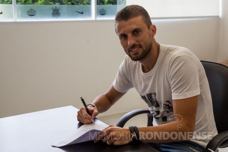 Futebolista rondonense Henrique Buss assinando contrato com EC Corinthinas para a temporada 2018.  Imagem: Acervo AquiAgoranet - FOTO 4 -