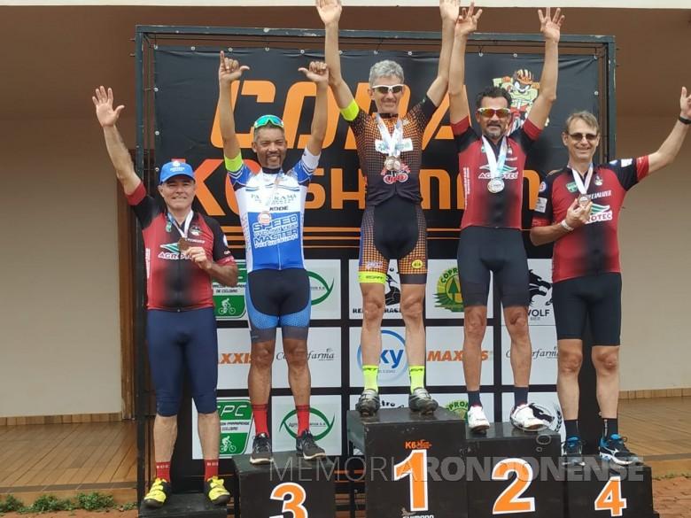 Ciclista rondonense Paul Lírio Berwig no pódio com o troféu de 1º lugar na cidade de Naranjal, Paraguai, em novembro de 2019. Imagem: Acervo Associação Rondonense de Ciclismo (ARC) - FOTO 18 -