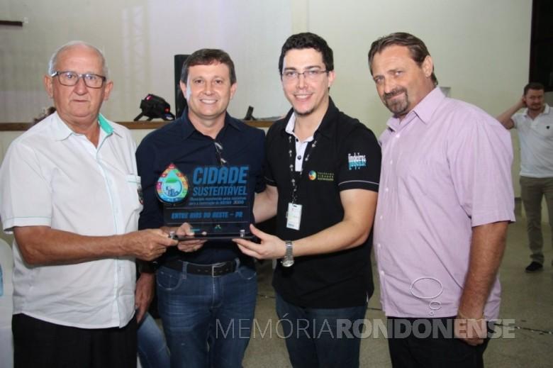 Vice-prefeito Ari Maldaner (e) de Entre Rios do Oeste, junto com o vereador Jair Bokorni  (2º à esquerda), presidente da Câmara Municipal, recebendo os troféus do Programa Cidades Sustentáveis . Imagem: Acervo Comunicação - PM-ERO - FOTO 17 -